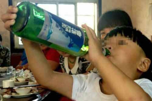 Xôn xao về cậu bé 2 tuổi uống rượu giỏi hơn uống sữa