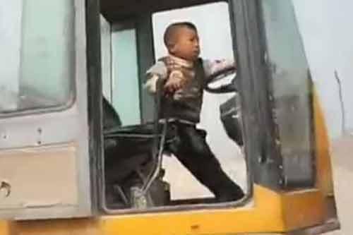 Kinh ngạc bé trai 5 tuổi lái máy xúc chuyên nghiệp như người lớn