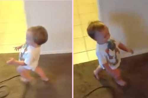 Clip: Em bé đáng yêu bắt chước dáng đi của mẹ bầu 8 tháng