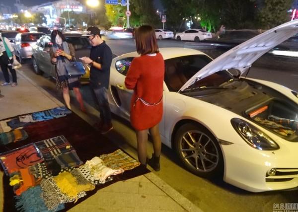 Thiếu gia nhà giàu đi siêu xe bán hàng vỉa hè