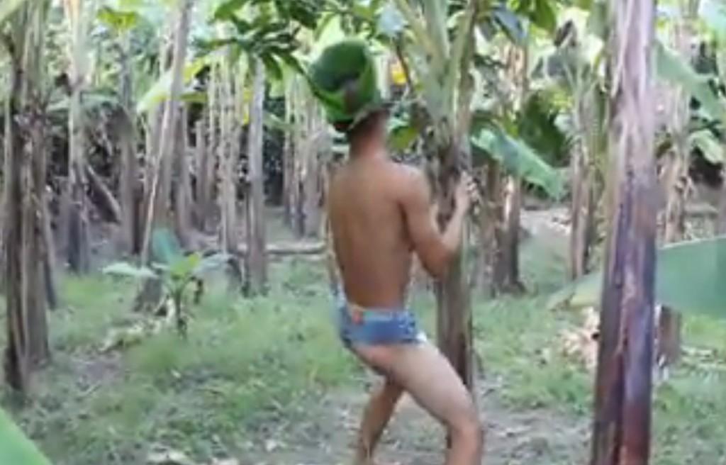 """Sốc nặng thanh niên mặc sịp xanh dở trò """"biến thái"""" ở vườn chuối"""