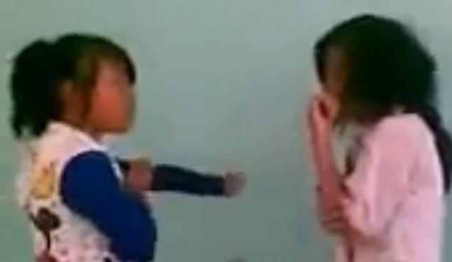 Clip: Nữ sinh đánh nhau trong lớp, lột nội y của bạn