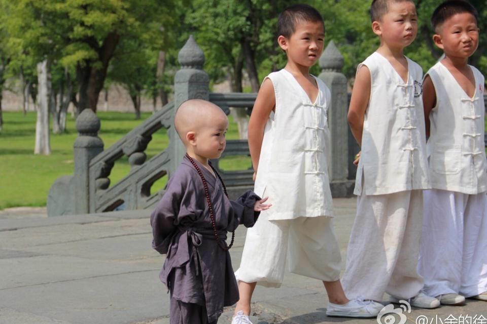 """Những em bé trong trang phục nhà sư """"đốn tim"""" dân mạng"""