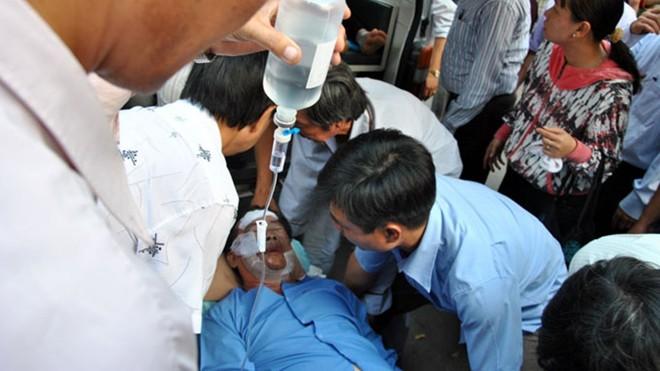Xót xa 4 cán bộ, giáo viên bị đồng nghiệp tạt a xít tới nguy kịch
