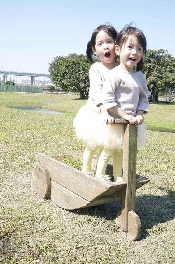 Chùm ảnh: Cặp song sinh nhí đáng yêu làm điên đảo dân mạng