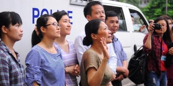 Xót xa clip: Vợ Dương Chí Dũng nghẹn ngào hôn gió tiễn chồng