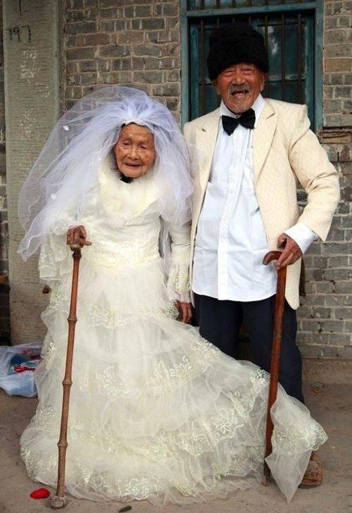 Xúc động ảnh cưới của hai cụ hơn 100 tuổi hạnh phúc