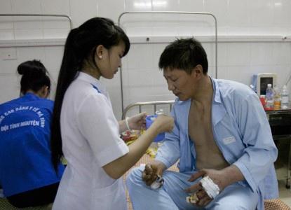 Cảm động tình nguyện viên chăm sóc công nhân Trung Quốc bị thương