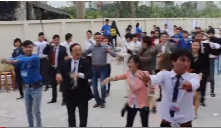 """Thầy cô trường Đại học nông nghiệp nhảy flashmob gây """"bão mạng"""""""
