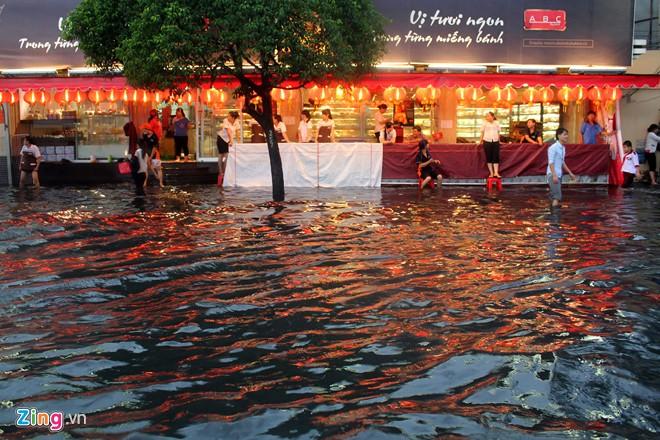 Đường phố Sài Gòn thành sông, giao thông tê liệt