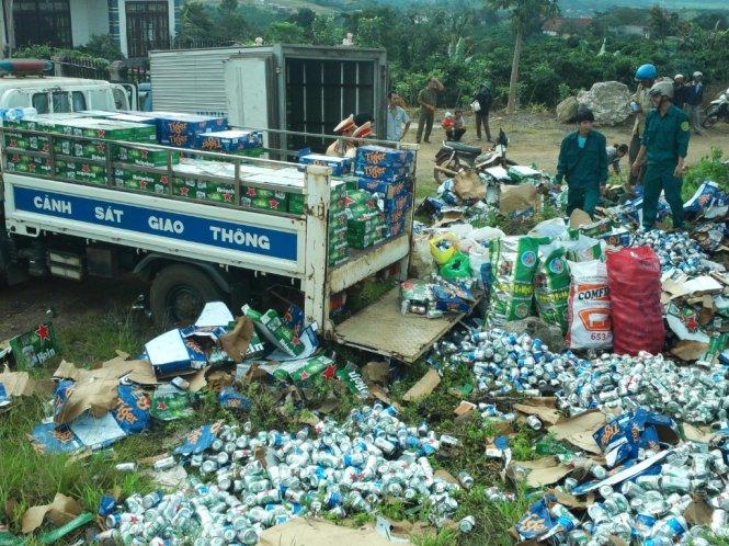 Lật xe tải, 1000 thùng bia đổ xuống đường