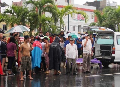 Bé trai 9 tử vong vì liều lĩnh tắm mưa giữa đường