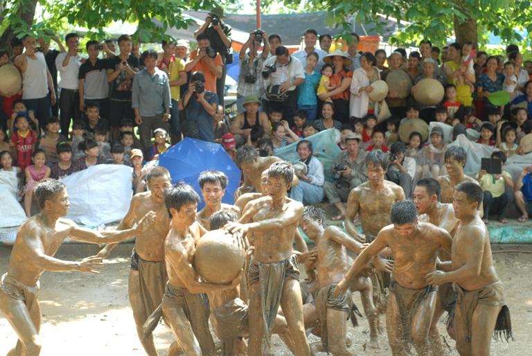 Bắc Giang: Trai làng đóng khố, cuớp cầu duới bùn nhão nhoét