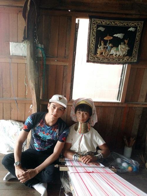 """Hồ Quang Hiếu chụp ảnh cùng """"người cổ dài"""" gây sốt - ảnh 1"""