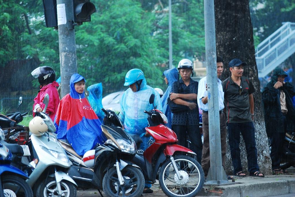 Sinh viên tình nguyện viên hết lòng trợ giúp sĩ tử trong cơn mưa
