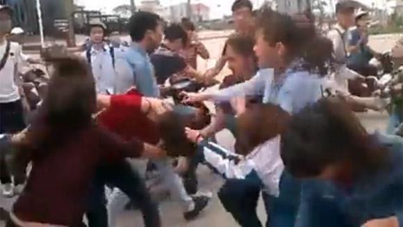 Thêm một nữ sinh bị nhóm bạn đánh đập dã man, lột đồ giữa phố