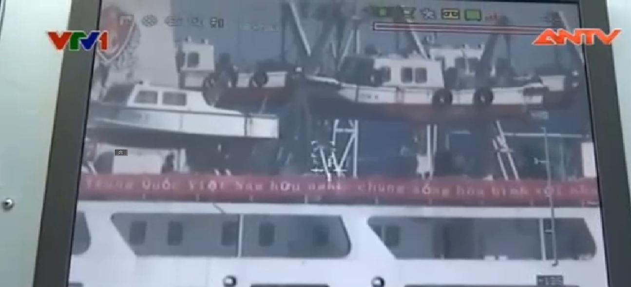 Clip: Tàu TQ treo biểu ngữ