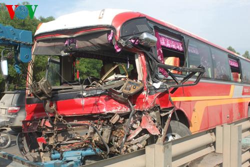 Hai xe đâm nhau làm 24 người nhập viện: Xe khách lấn đường