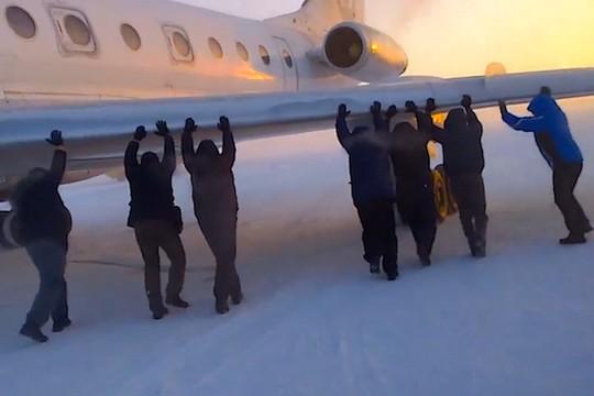 Hy hữu: Máy bay bị đóng băng, hành khách phải xuống đẩy