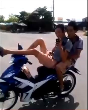 Phạt tiền nam thanh niên phê ma túy, lái xe máy bằng..chân