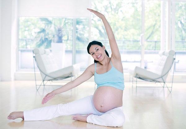 Mẹ bầu nên tập yoga sẽ giúp bé sinh ra có khuôn mặt vui vẻ, rạng ngời