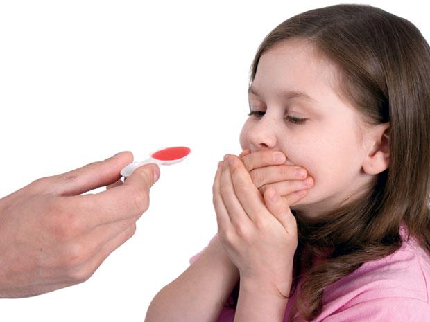 Kết quả hình ảnh cho cho bé uống thuốc