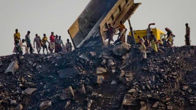 Sập mỏ than ở Pakistan: 17 người thương vong, 45 người vẫn mắc kẹt - ảnh 1