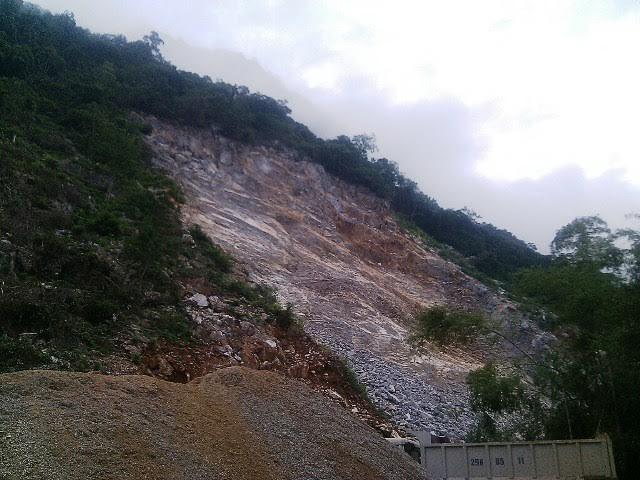 Thanh Hóa: Sập mỏ đá, 2 người thương vong - ảnh 1