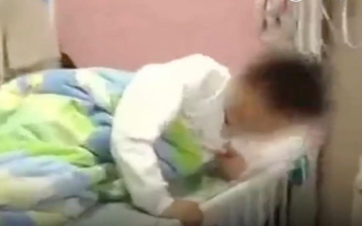 Tranh cãi xung quanh việc giáo viên tiểu học bắt học sinh khuyết tật ngồi vào thùng rác - ảnh 1