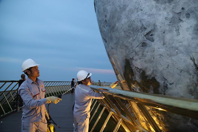 Đà Nẵng: Xóa phần vẽ bậy của du khách trên cầu Vàng - Ảnh 1