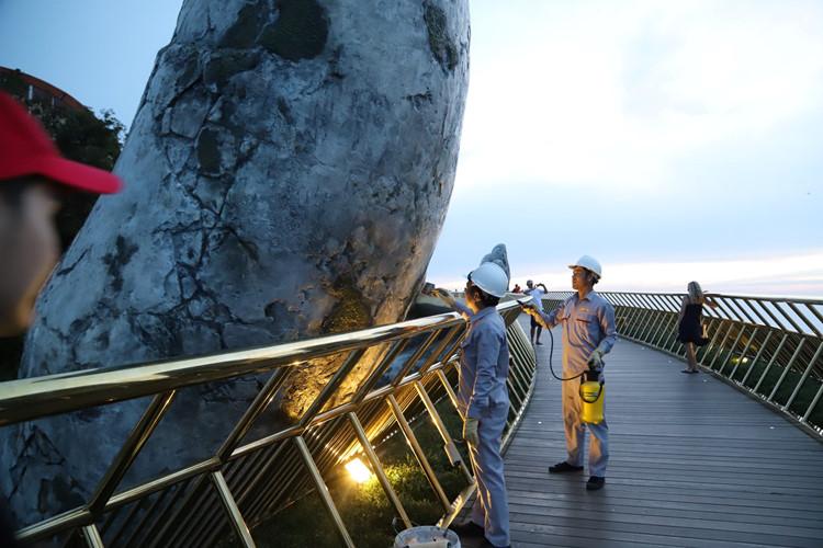 Đà Nẵng: Xóa phần vẽ bậy của du khách trên cầu Vàng - Ảnh 2