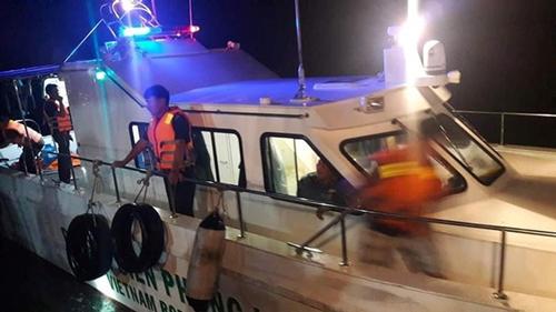 Hà Tĩnh: Cứu sống 7 người rơi xuống biển do lật xuồng khi đi du lịch - Ảnh 1