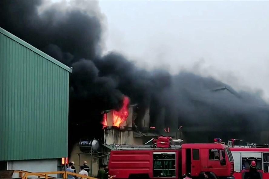 Cháy cơ sở sản xuất bao bì ở Ninh Bình, 10 tấn hàng hóa bị thiêu rụi - ảnh 1