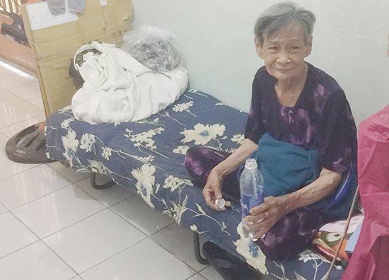Xúc động tấm lòng thơm thảo của cụ bà 80 tuổi bán vé số mưu sinh - ảnh 1