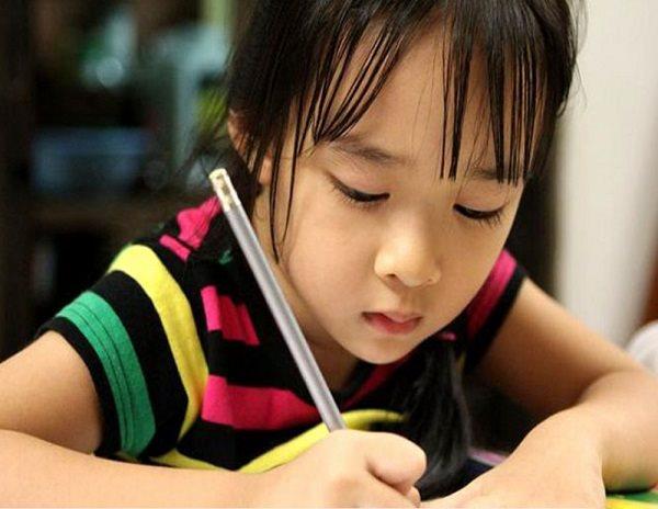 Con gái viết chữ đẹp, đều tăm tắp nhưng người mẹ lại không vui vì lý do này - ảnh 1