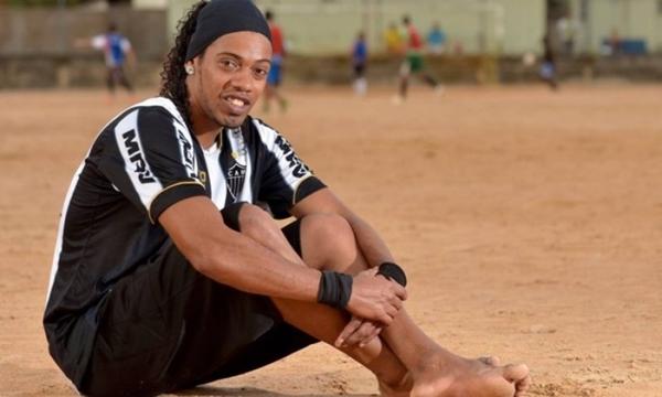 Ronaldinho phải ngồi tù, bản copy của anh nhờ vậy kiếm tiền mỏi tay - ảnh 1