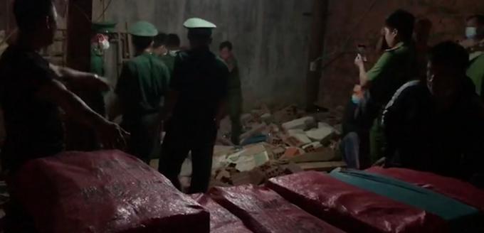 """Kontum: """"Nữ quái"""" xây hầm chứa 1,3 tấn pháo lậu dưới hầm nhà - ảnh 1"""