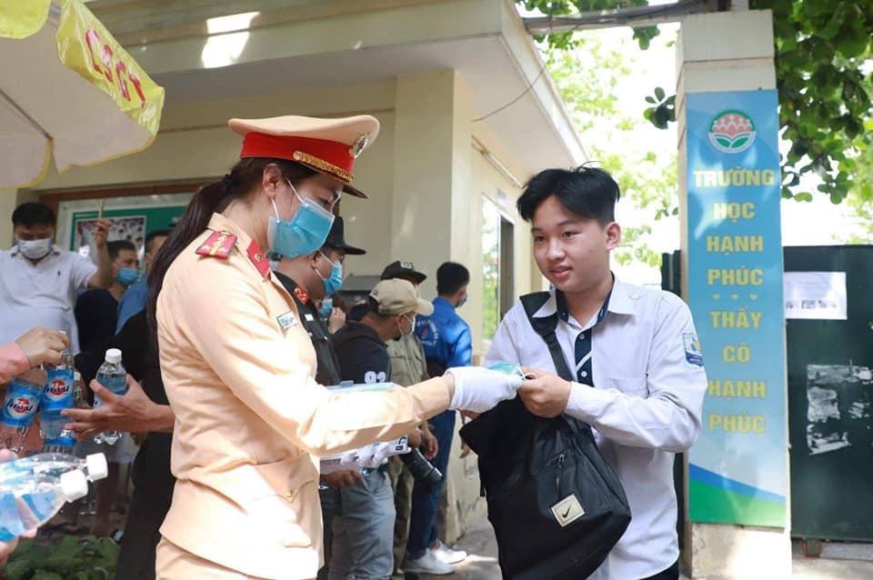 Hà Nội: CSGT tặng khẩu trang và nước uống cho các thí sinh thi tốt nghiệp THPT 2020 - ảnh 1