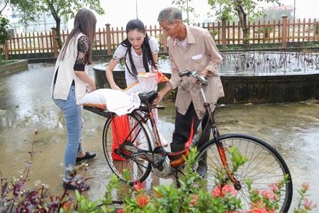Hà Thu, Diệu Linh cả ngày vác gạo trong mưa giúp bà con xứ Huế - ảnh 1