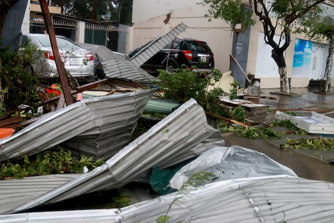 Đường phố Nha Trang vẫn ngổn ngang sau cơn bão lịch sử - ảnh 1