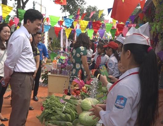 Hà Nội: Phó Hiệu trưởng nhiều năm dạy miễn phí cho học sinh khó khăn - ảnh 1
