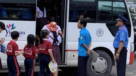 Hà Nội: Hàng loạt xe đưa đón học sinh vi phạm bị xử phạt - ảnh 1