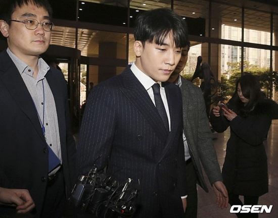 """200 fan họp mặt cổ vũ tinh thần Seungri, cư dân mạng Hàn: """"Họ mất trí rồi!"""" - ảnh 1"""