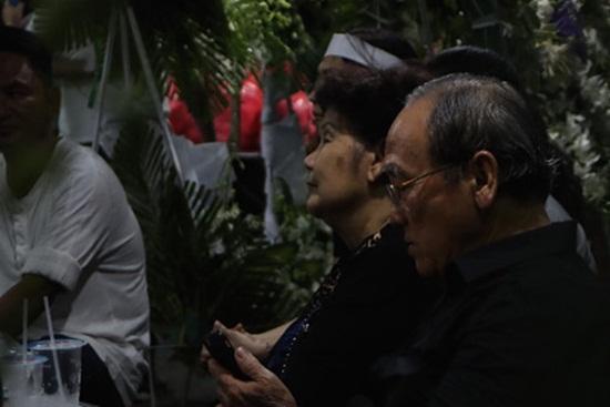 Nghẹn ngào nước mắt tiễn đưa nghệ sĩ Anh Vũ về nơi an nghỉ cuối cùng - Ảnh 5