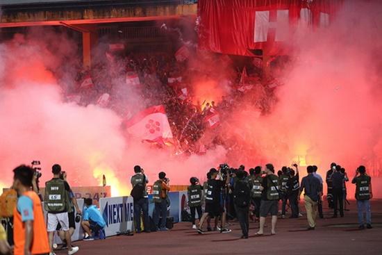 Tiền phạt của các đội bóng ở V.League vì pháo sáng: Hà Nội FC đứng đầu với con số gây choáng - Ảnh 1