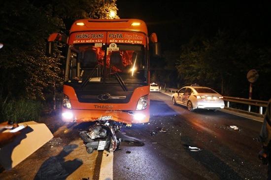 Đà Lạt: Xe khách đối đầu xe máy trên đèo Prenn, 2 người thương vong - Ảnh 1