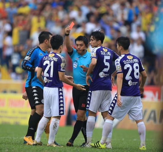 Đình Trọng được HLV Hà Nội FC bảo vệ sau khi nhận tấm thẻ đỏ đầu tiên trong sự nghiệp - Ảnh 1