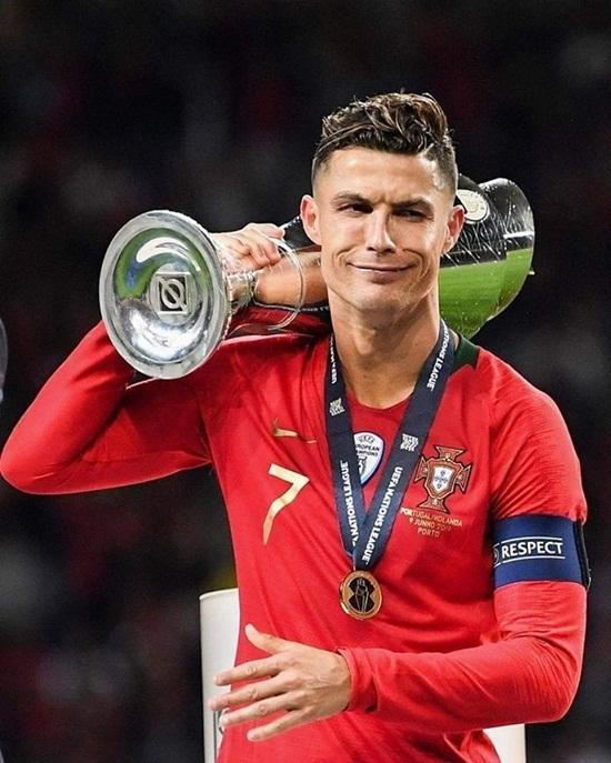 """Biểu cảm """"khó đỡ"""" và """"lời mời gọi"""" của Ronaldo với đối thủ sau khi vô địch Nations League - ảnh 1"""