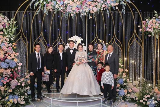 Hai thiếu gia nhà bầu Hiển thu hút sự chú ý khi đến dự đám cưới Duy Mạnh - Quỳnh Anh - ảnh 1