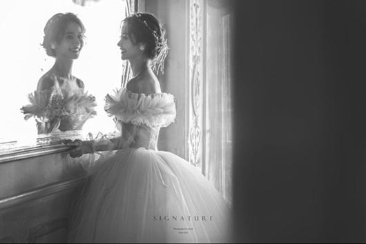Cận cảnh váy cưới như công chúa cổ tích khiến sao nữ vô danh xứ Hàn thành tâm điểm - ảnh 1